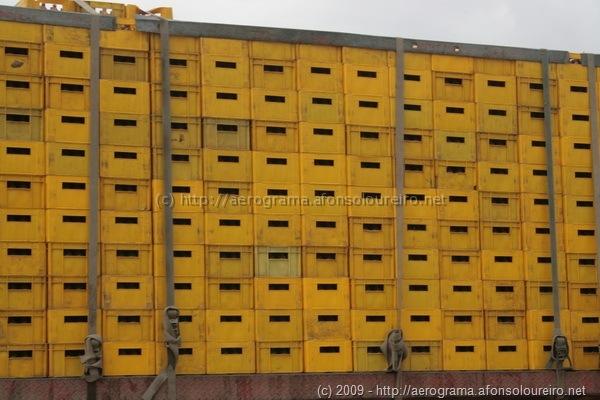 Milhares de grades de Cuca empilhadas num camião