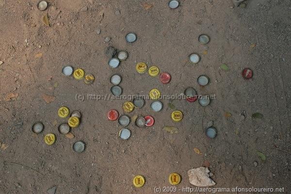 Caricas de garrafas de cerveja no chão