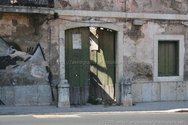 Porta verde entreaberta