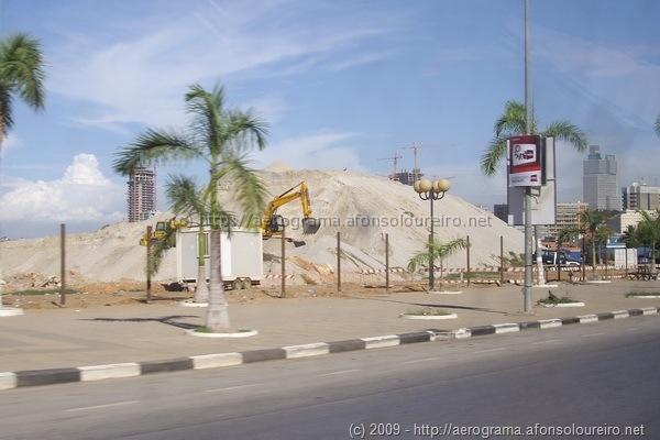Montes de areia na baía de Luanda