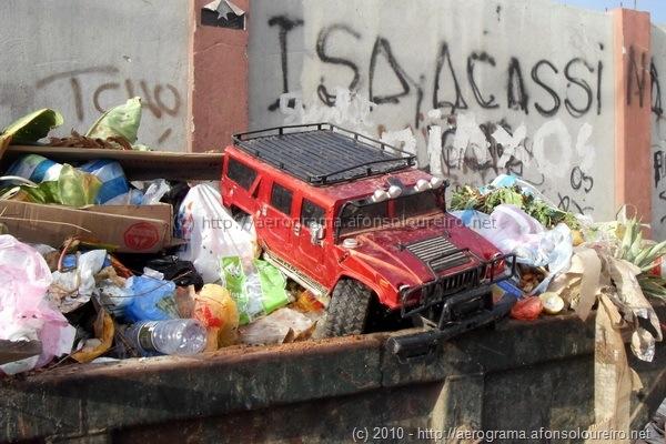 Hummer no lixo