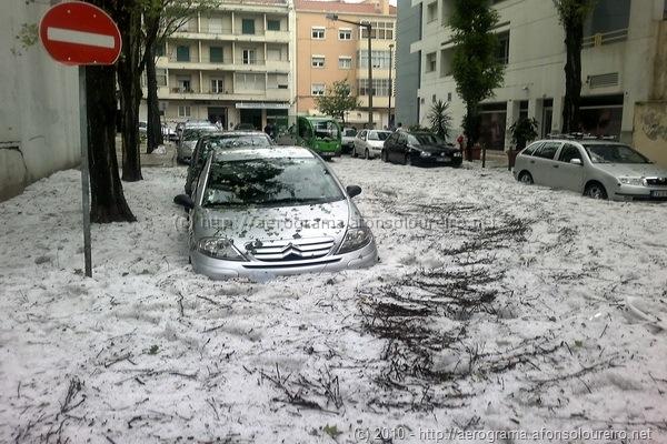 Gelo a cobrir as rodas dos carros