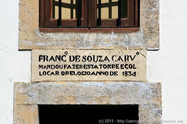 Francisco de Souza carvalho mandou fazer esta torre e colocar o relógio no anno de 1834